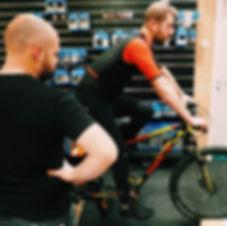 Bikefitting, klant doet testrit bij Vitesse Fietsen