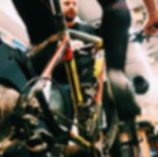 Bikefitting, klant doet testrit op fietstrainer bij Vitesse Fietsen