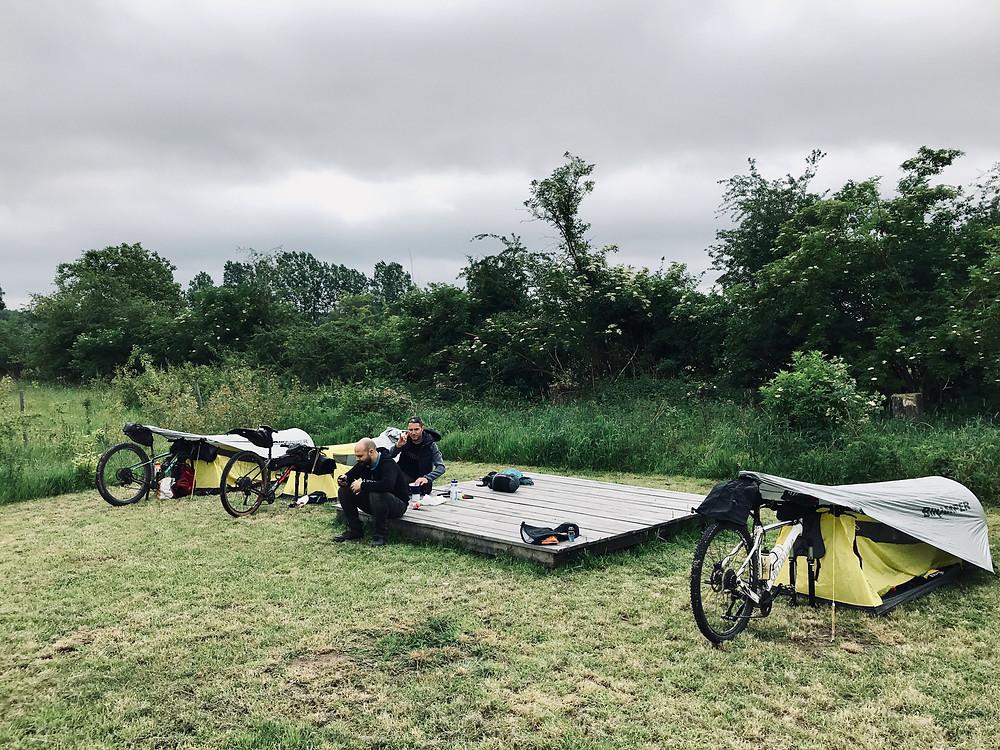 Bikepacking naar Linter kampeerplaats in bivakzone De Getedraak met Topeak Bikamper tentjes