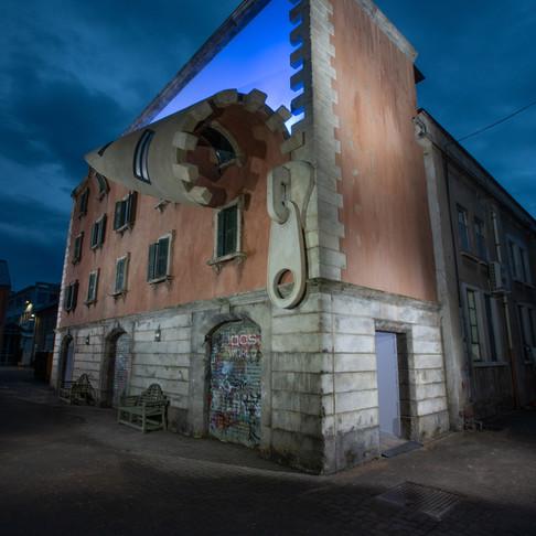 """Direto de Milão: artista """"abre"""" edifício em instalação."""