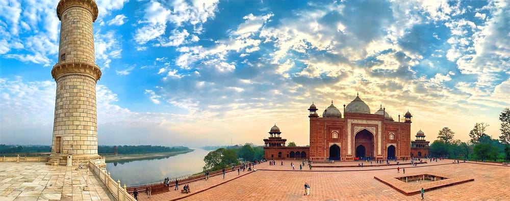 Rechts vom Taj Mahal steht das Gästehaus. Bauähnlich zur links davon gehgelegen Moschee.