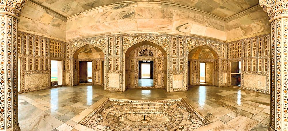 Das Gefängnis von Shah Jahan. Hinten mit Blick auf das Taj Mahal.