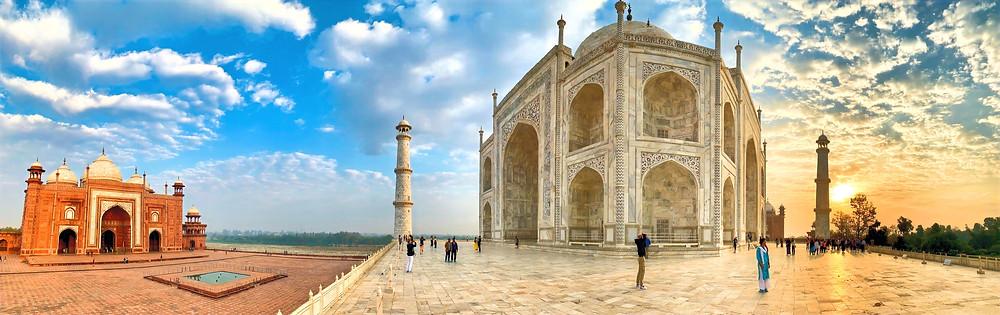 Links die Kau Ban Moschee, rechts das Taj Mahal zum Sonnenaufgang