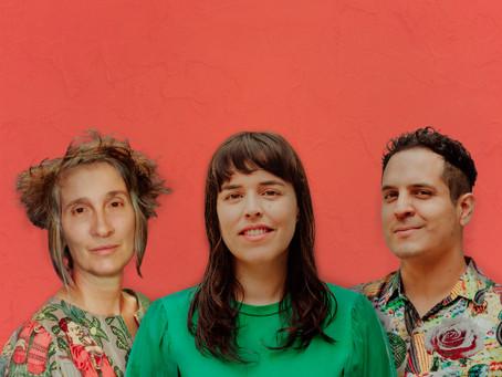 Alejandro y Maria Laura y Andrea Echeverri, vocalista de Aterciopelados, se unen en una canción