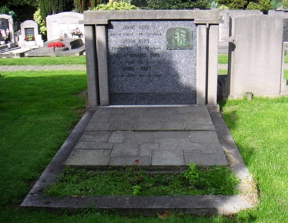 Graf Janine Berg, begraafplaats Berchem, perk 37Bb19