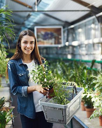 Женщина, работающая в оранжерее