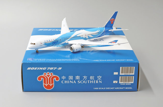 China Southern B787-9 FLAPS DOWN With Aircraft tug truck JC Wings 1:400 KD4679A