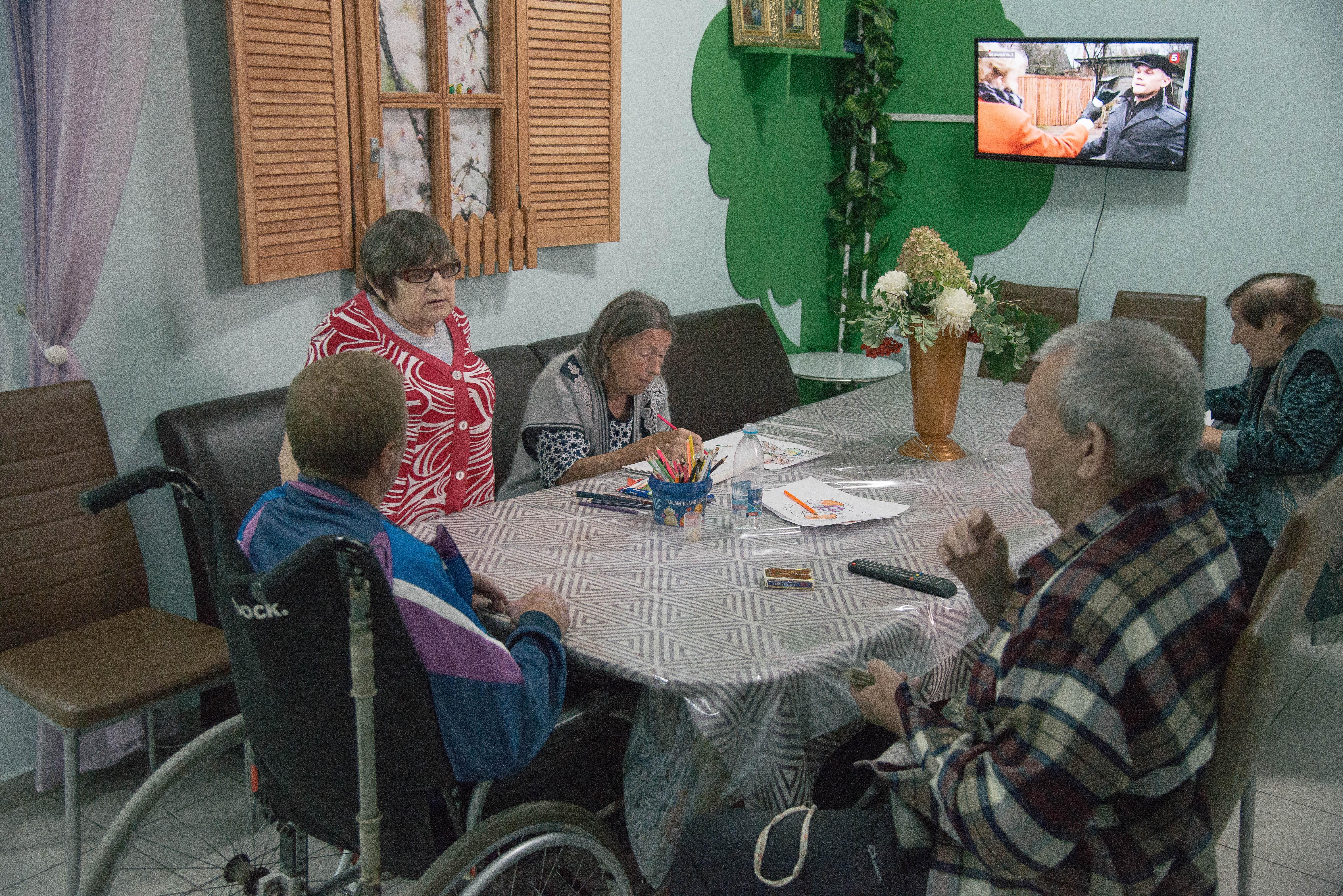 пожилых с молодыми дома