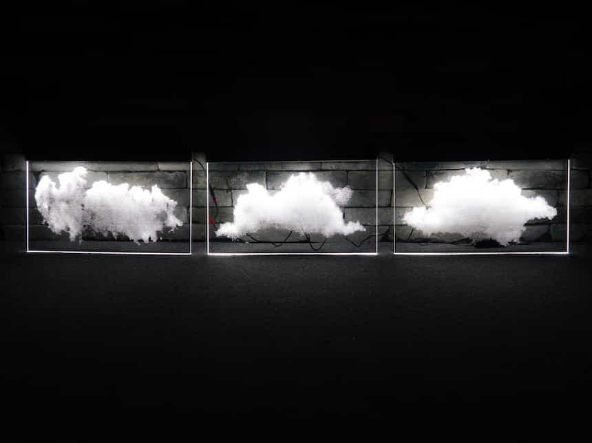 마치 수증기를 하나씩 표현하듯 도트하나씩 레이저 가공하여 표현되는 구름 아크릴LED 사인