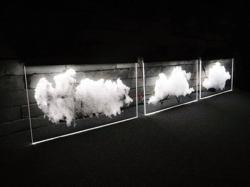 구름 LED 사인. 넓은 사무실 천정에 전등 대용으로 수십 개를 설치하였습니다. 기억에 남는 센스 있는 실내조명 인테리어였습니다.