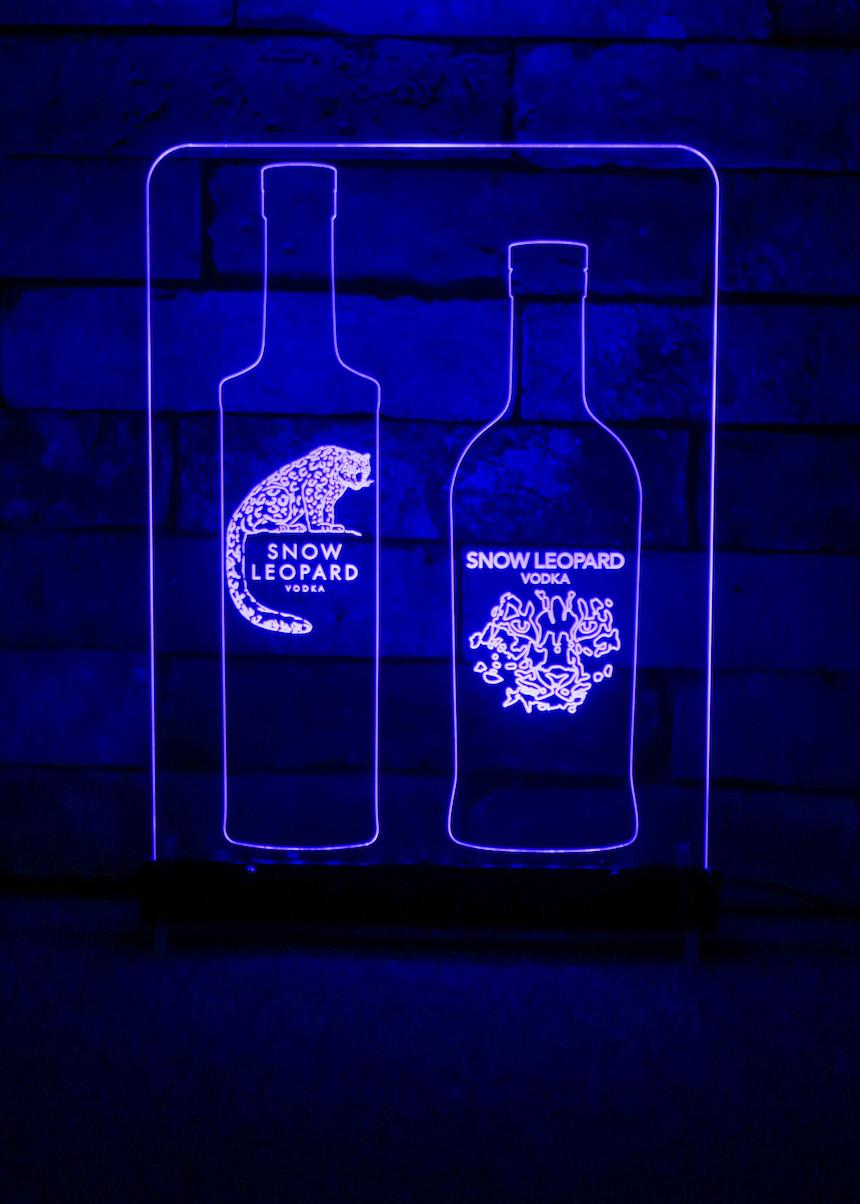 펍이나 클럽, 라운지 테이블 위에 빼놓을 수 없는 LED 아크릴 사인.