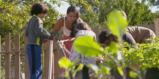 Children setting up Panlenke Greens Burlap garden