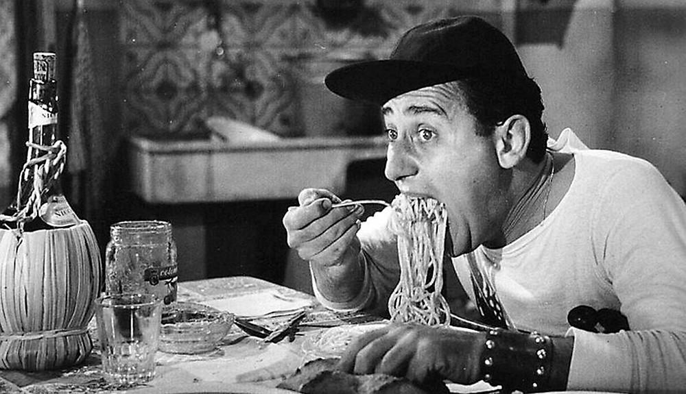 Alberto Sordi che mangia spaghetti