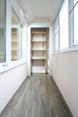 шкаф на балконе вид от двери рольставни
