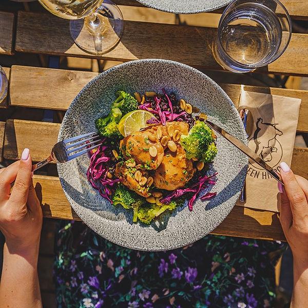 Buddha bowl kanalla, parsakaalilla, punakaalilla ja maapähkinöillä