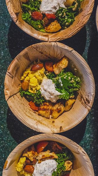 Catering-versio kale bowlista. Lehtikaalia, kananmunaa, tofua ja manteleita