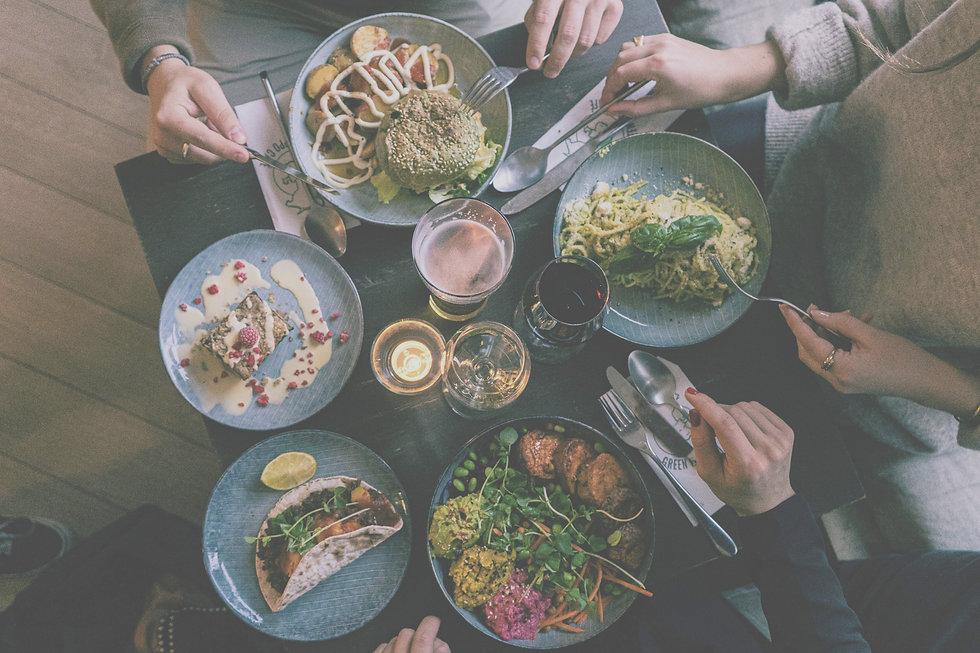 Kasvishampurilainen, avocadopasta ja vegaaninen ja gluteeniton mustikkapiirakka ja drinkkejä
