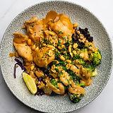 Kulho, jossa on mustaa riisä, kanaa, parsakaalta ja maapähkinävoikastiketta