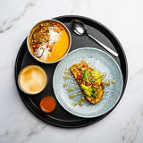 Avokadoleipä, kauralatte, smoothiebowl ja inkiväärishotti, vegaaninen aamupala