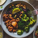Kana-ateria, jossa on mustaa riisiä ja parsakaalia. Terveellinen ja nopea annos.
