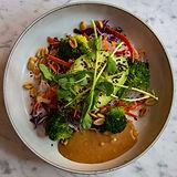 Vegaaninen ja terveellinen nuudelisalaatti. Lounas ja illallinen. Terveellinen take-away tai catering