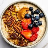 Puuro granolalla, marjoilla ja maapähkinävoilla