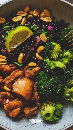 Kanaa, mustaa riisiä, broccolia ja maapähkinöitä