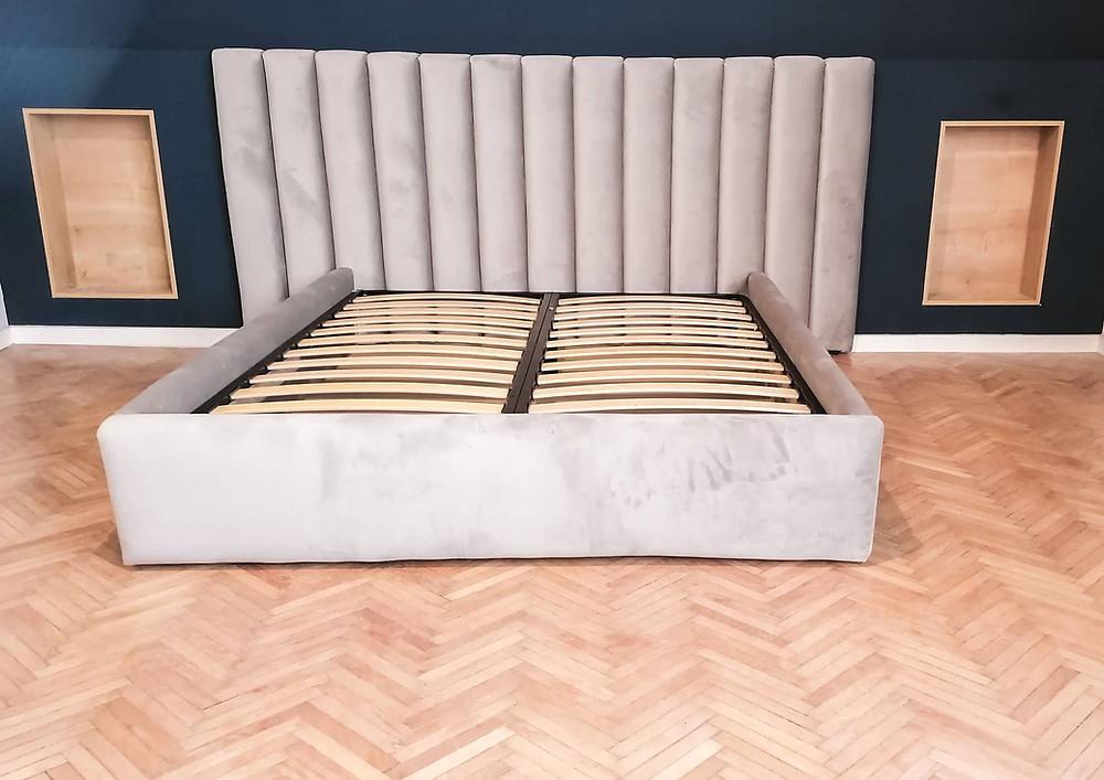 Lucrat manual, cu atenție la detalii, suplu și rafinat, Caprice va completa perfect atât un dormitor cu design contemporan, modern, cât și un dormitor cu design clasic.
