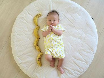 買ってきたバナナが全部房から取れてしまって「あぁー!!」ふと息子を見るとバナナの服を着ていたので、記念(?)に。