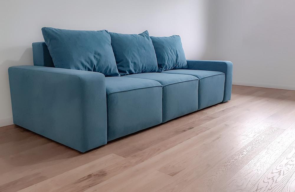 O canapea extensibilă și confortabilă, cu un design modern, cu linii masive, îmbinând aspectul estetic cu utilul.