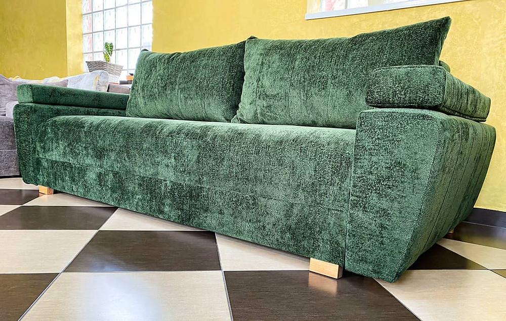 Arya este o canapea extensibilă, confortabilă și elegantă. Un design modern în linii drepte date de cusăturile duble de pe șezut și brațe.