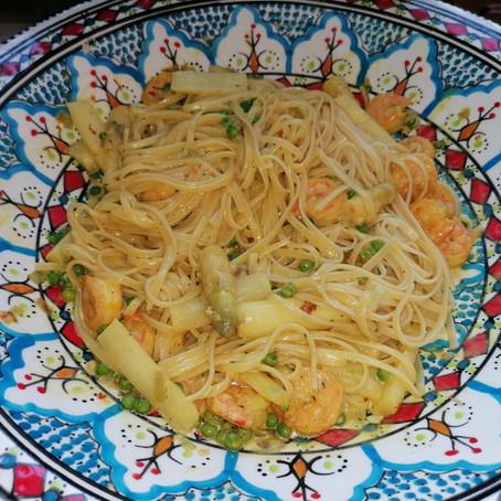 Pasta met garnalen en asperges in lichte saffraansaus