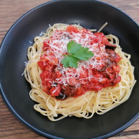 Pasta all'amatriciana met zwarte olijven