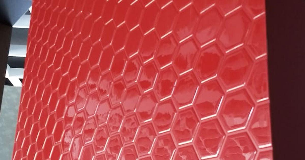 pastilha adesiva resinada - hexagonal vermelho granada