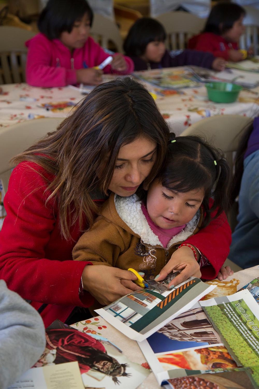 Victoria Contreras en programa cultural con comunidades rarámuris.