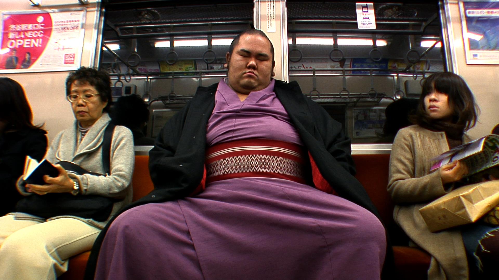 Tuserassumo-rikishi dans le metro.jpg