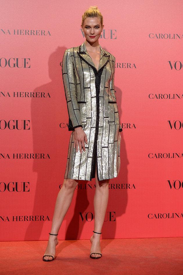 622bb0883 Karlie Kloss  La modelo estadounidense tampoco quiso perderse el fiestón y  acudió con un abrigo vestido con paillettes en tono crudo y negro de  Carolina ...