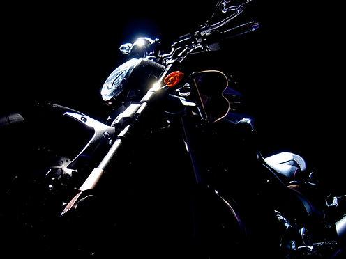 Motocicleta-oscuro-Antecedentes