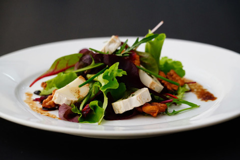 Goat_cheese_lovers'_salad.jpg