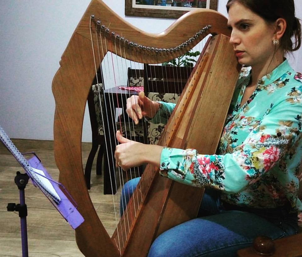 Aluna de Harpa por Skype