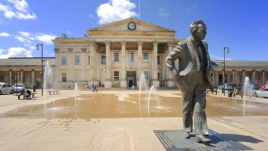 Harold-Wilson-statue-train-station.jpg