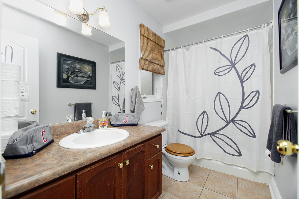 Main Bathroom (3).jpg