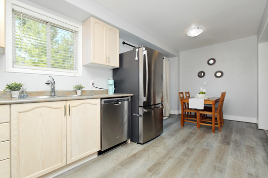 Kitchen Eating Area.jpg
