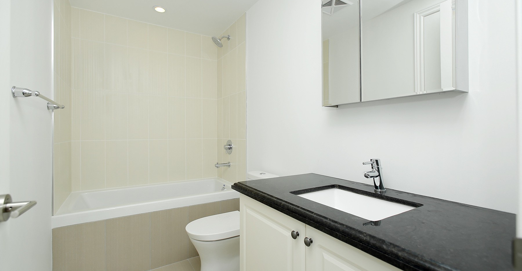 18 Main Bathroom.jpg