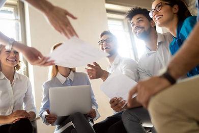 happy-coworkers-work-meeting-obm-organiz