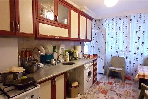 2+1 в Махмутларе с отдельной кухней, застеклённым балконом и террасой с камином