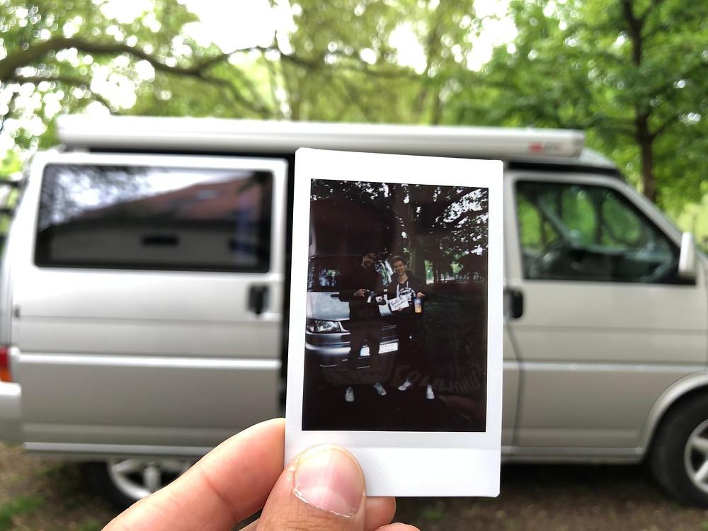 Manuel Meier und Michael Lex auf Polaroid vor dem T4