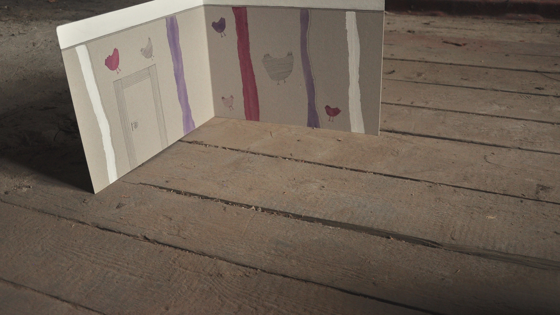 Papírová kulisa fialovás motivem slepice