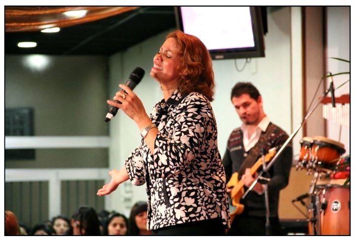 Pastora Mayra López Cantando