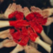 Mani di bambini che fanno un cuore